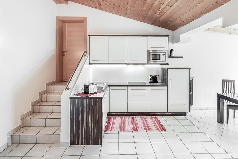 Patrizia_Küche_Wohnküche_Küchenzeile_Balkon_Längenfeld_Ötztal_Apart_Resort_Relax_Appartemet